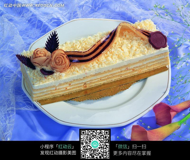 盘子里后个长方形蛋糕图片