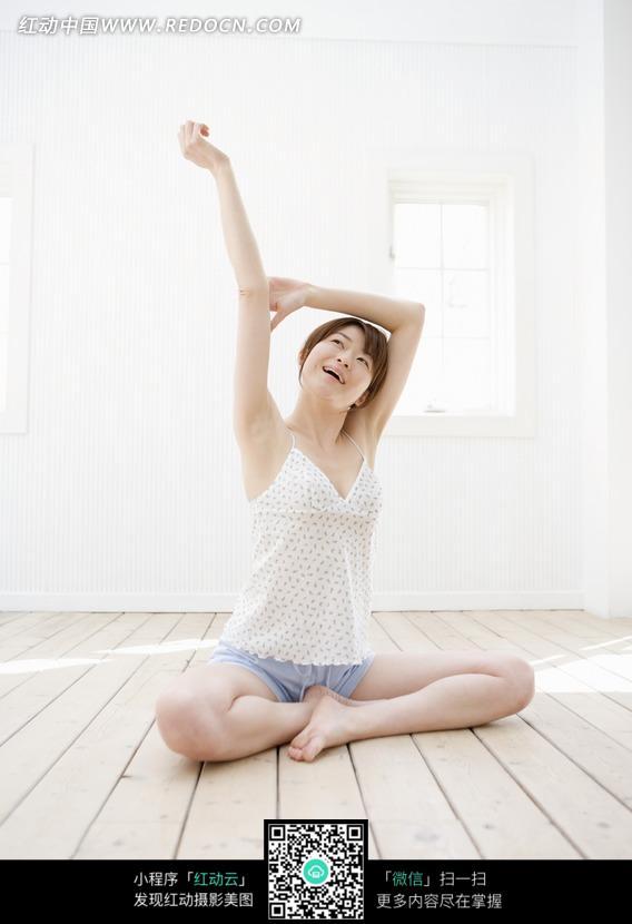 坐在盘腿被丝袜美女逼操地上伸懒腰的美女图片