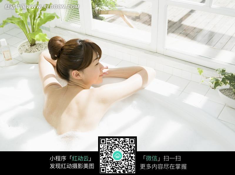 在窗边浴缸里泡澡的美女图片