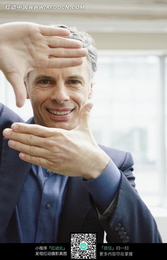 双手做拍照姿势的外国男人图片