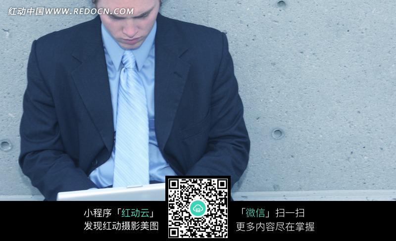 黑西装 使用的电脑 笔记本电脑 职业人士 商业 商务 办公 工作  人物
