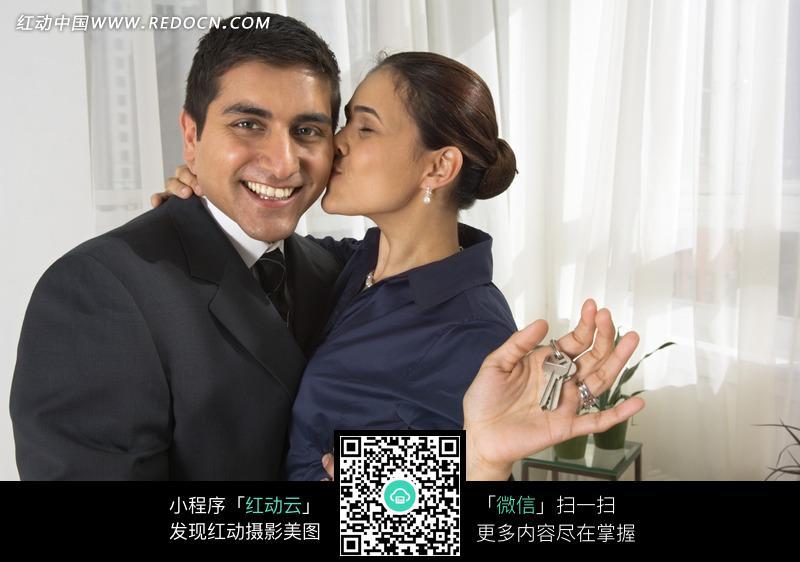 手拿钥匙亲吻男人的外国女人图片