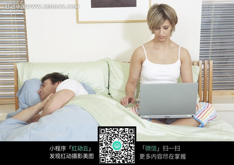 睡觉的男人图片