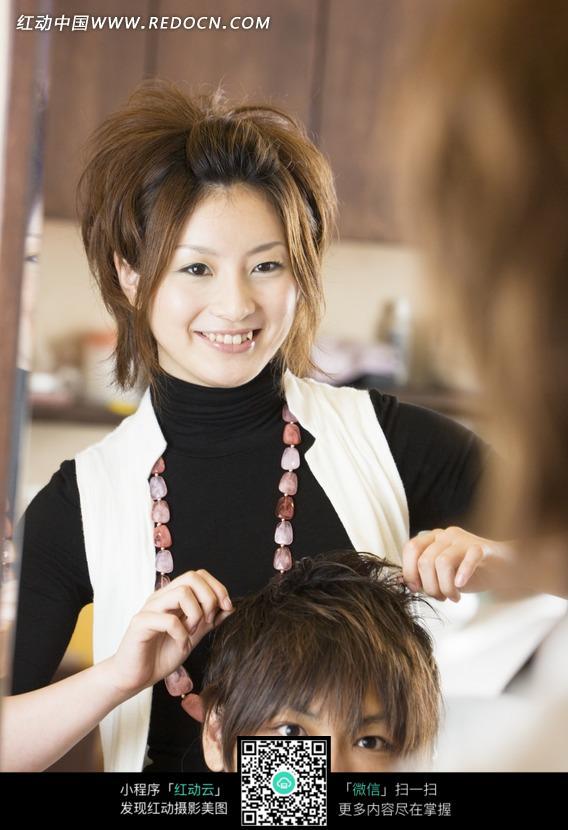美女理发师剪头发图片 人物图片素材|图片库|图