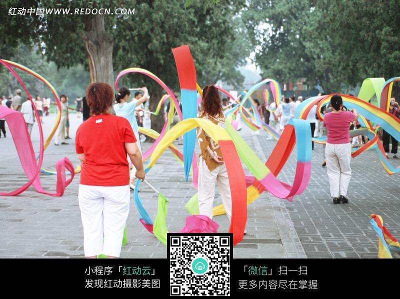公园里舞着彩绸健身的人图片免费下载 红动网图片
