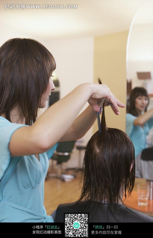 剪头发的美女理发师