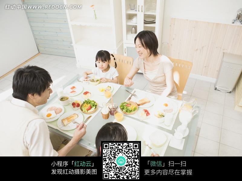 幸福一家人吃饭素材