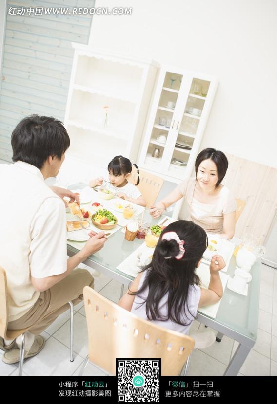 坐在餐桌上吃饭的一家人图片免费下载 编号949617 红动网
