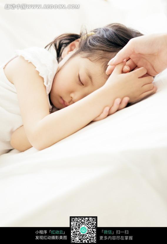 牵着妈妈手在睡觉的小女孩图片