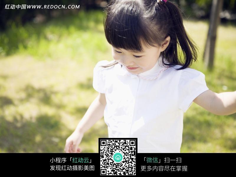 微笑低头可爱的小女孩图片