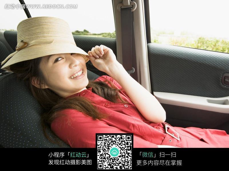 在车上睡觉的美女图片