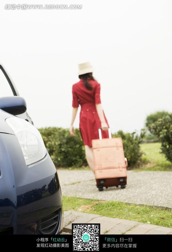 拖着行李箱的美女背影图片