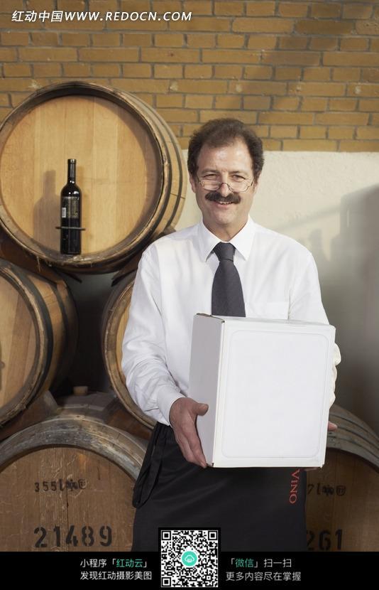 葡萄酒 酒窖 橡木桶 箱子 外国 男人 人物 图片素材  人物素材 摄影