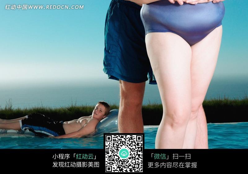 男子泳装表演_从后面抱住肥胖女子腰部的男子图片