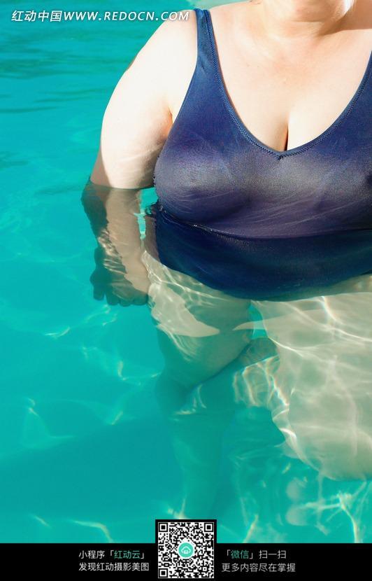 游泳的胖女人图片
