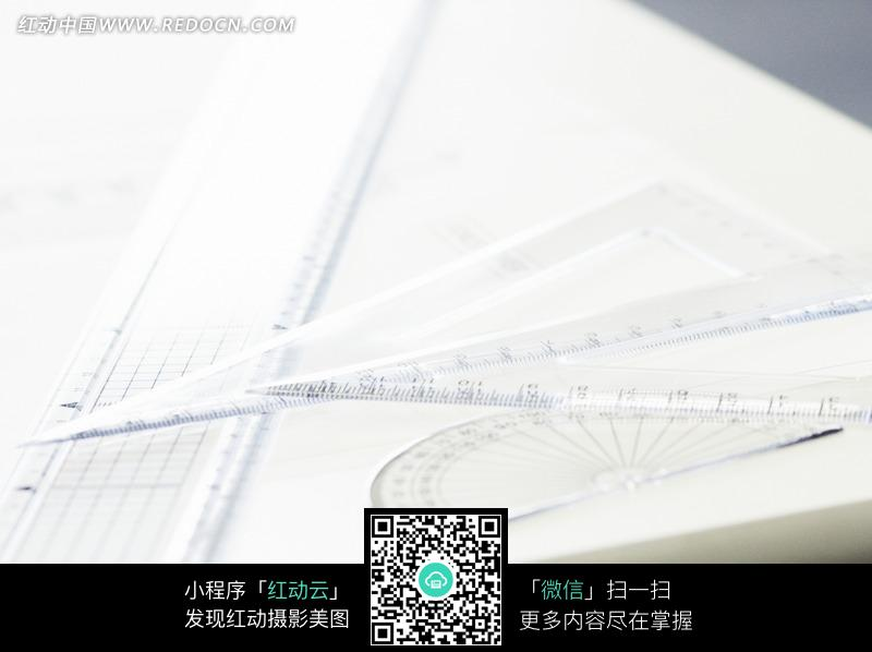 桌子上的三角尺半圆尺和直尺图片免费下载 红动网