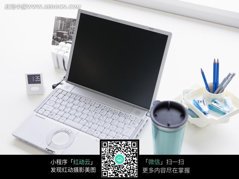 桌子上的笔记本电脑图片