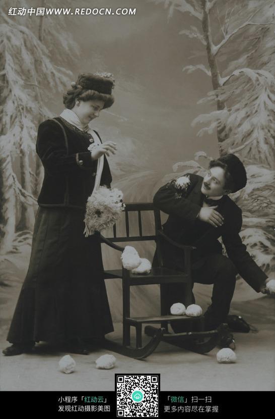 蹲着的男子和站着的女子图片图片