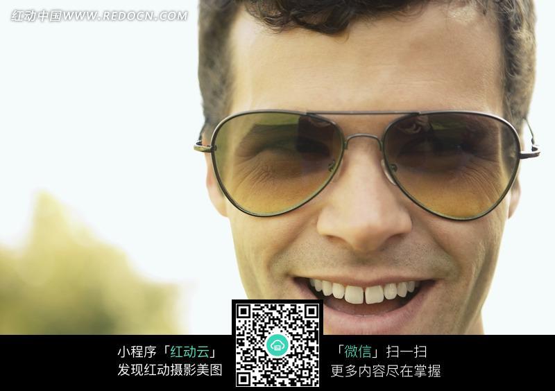 戴着墨镜微笑的外国男人图片