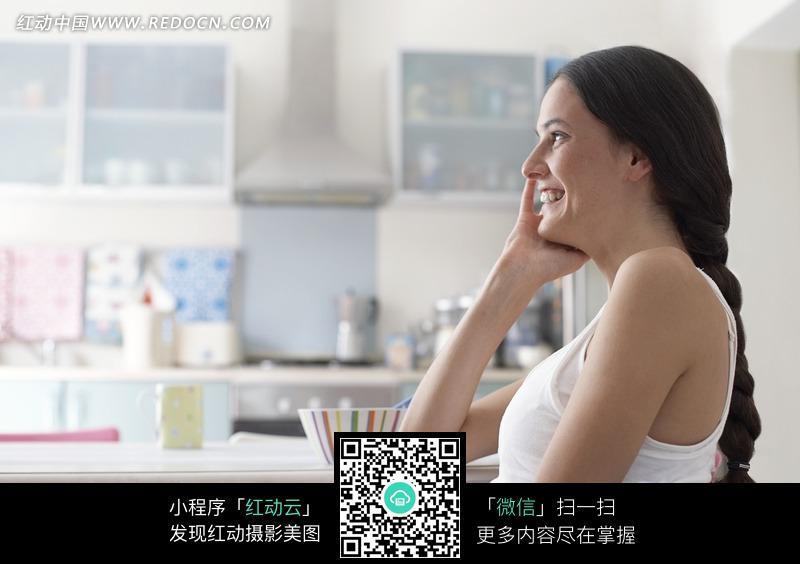 坐在椅子上打电话的外国女人图片_日常生活图片