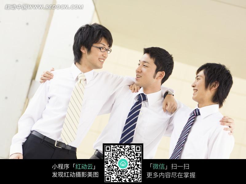 相视微笑的三个男白领图片