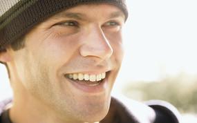 微笑的外国男性表情特写图片