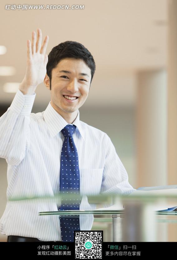 举起手打招呼的男人图片图片
