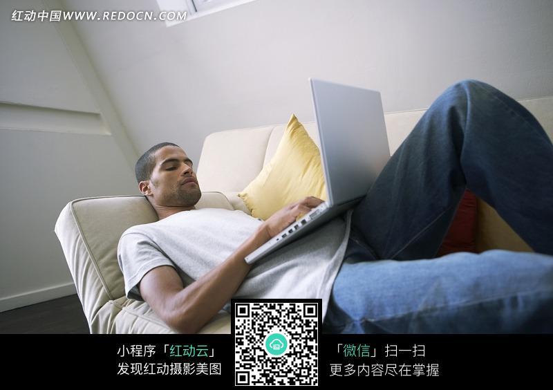 躺在沙发上玩电脑的帅哥图片