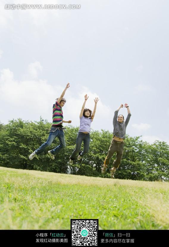 蓝天白云 三个 跳起来/蓝天白云草地上跳起来的三个年轻人