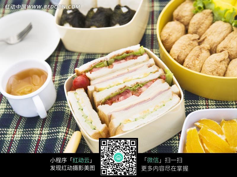 蓝色格子野餐桌布上丰盛的食物