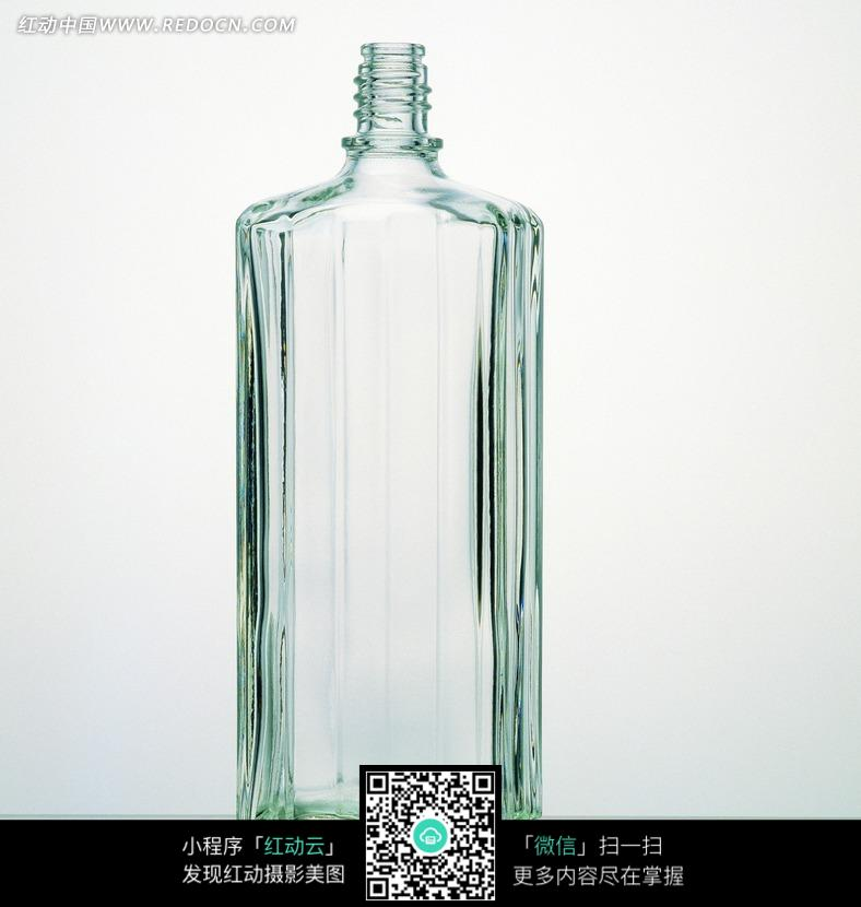 地上立著的一個空酒瓶圖片