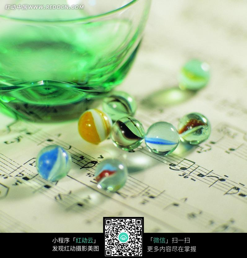 乐谱上的弹珠和玻璃杯图片