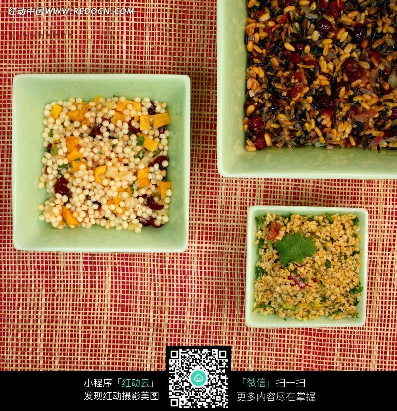 绿色盘子里的五谷杂粮图片