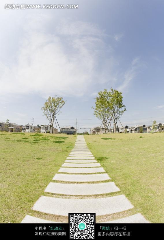草地上通向远方的石板路图片