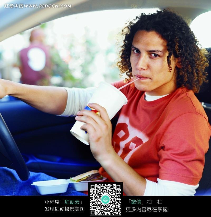 在车里吃快餐的外国男人图片