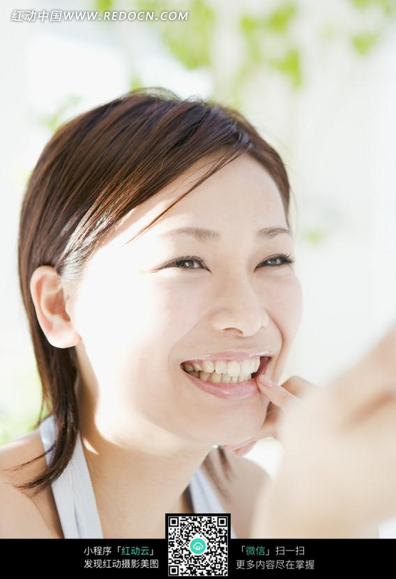 女人 短发女生 灿烂的笑容 开心地笑着 洁白牙齿  生活照片 生活图片