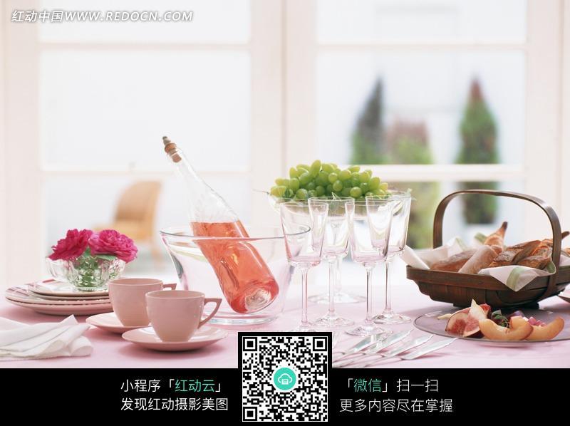 餐桌上欧式风格餐具_中华美食图片