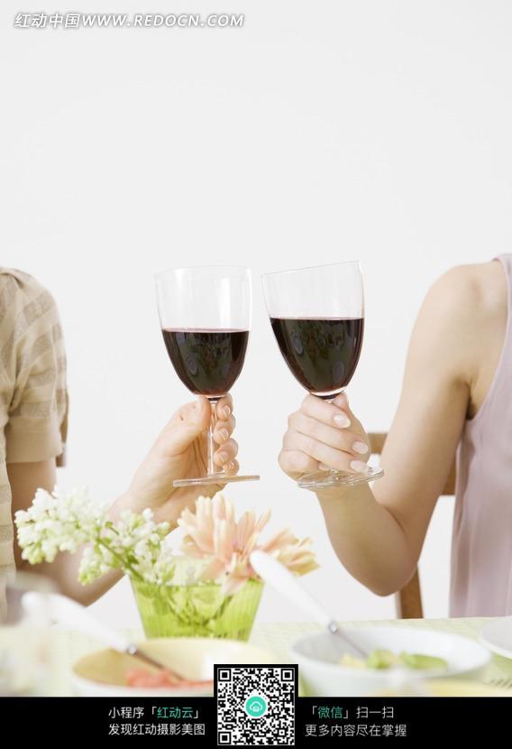 两只举着红酒杯的手图片图片