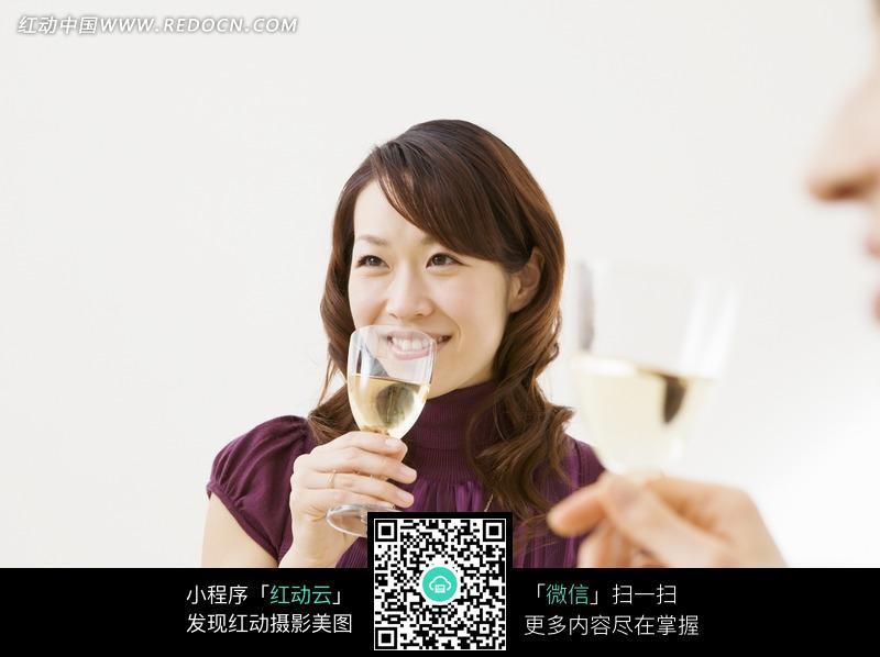 拿着酒杯喝酒的女人图片