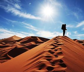 蓝天下沙漠上留下串串脚印的冒险者