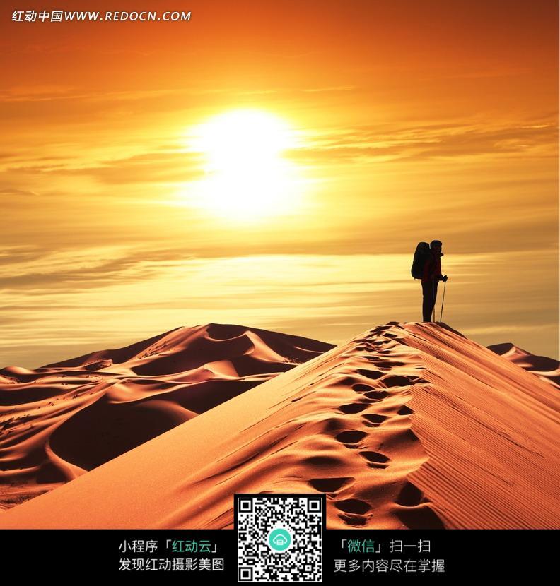 夕阳下沙漠上留下串串脚印的冒险者图片