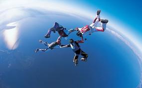 手拉手从高空跳伞的冒险者