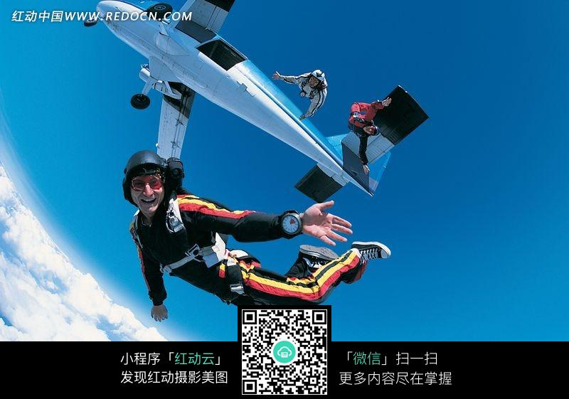 从飞机上跳下的三个人物图片