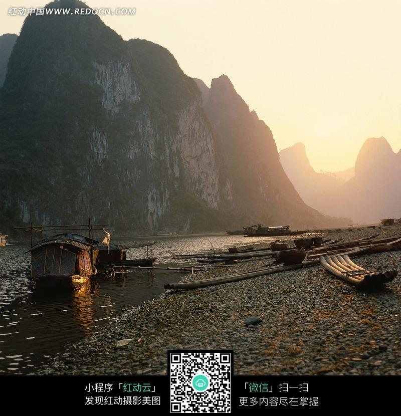 桂林山水漓江河畔摄影图片_自然风景图片
