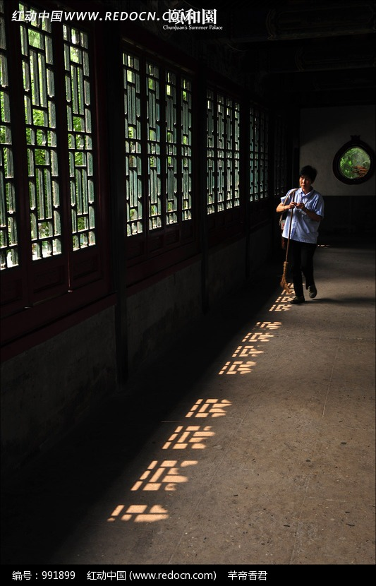 古代房屋窗户边白衣游人图片
