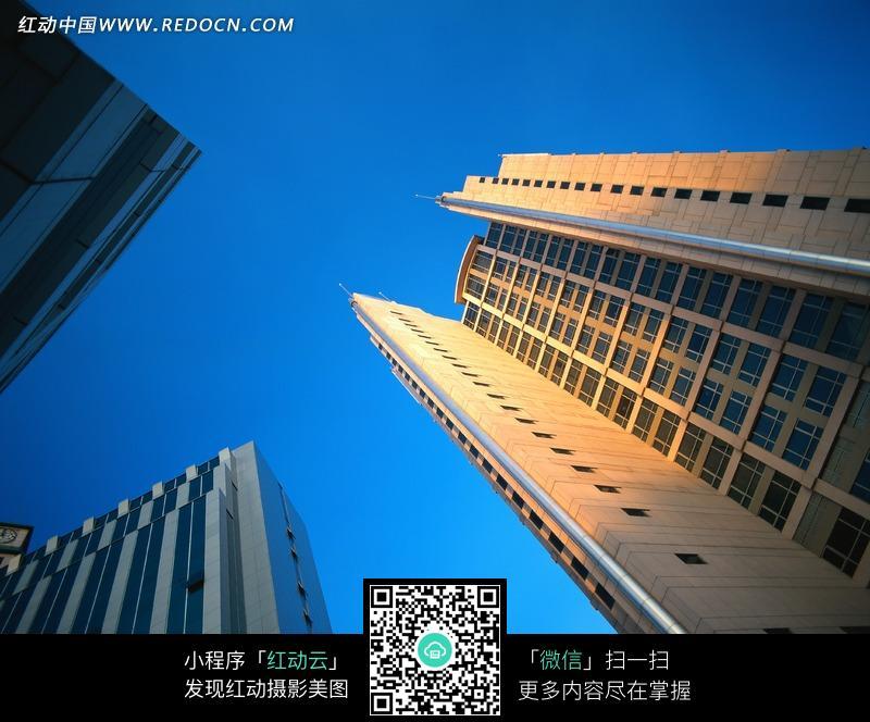 蓝天下现代建筑高楼大厦仰视图图片