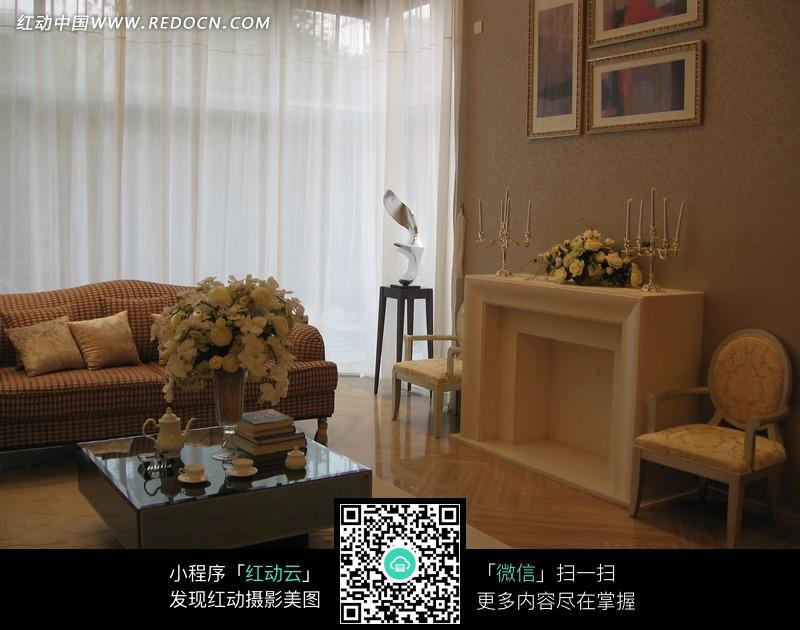 客厅里的壁炉茶几和沙发图片