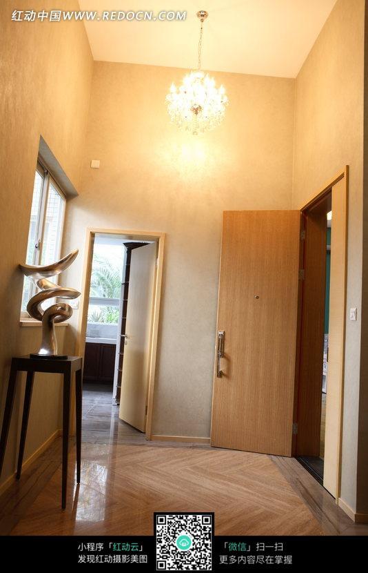 装饰着水晶吊灯的走廊图片_室内设计图片