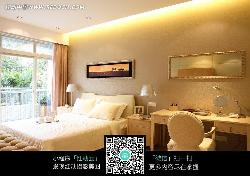 免费素材 图片素材 环境居住 室内设计 温馨卧房里的双人床和书桌椅子