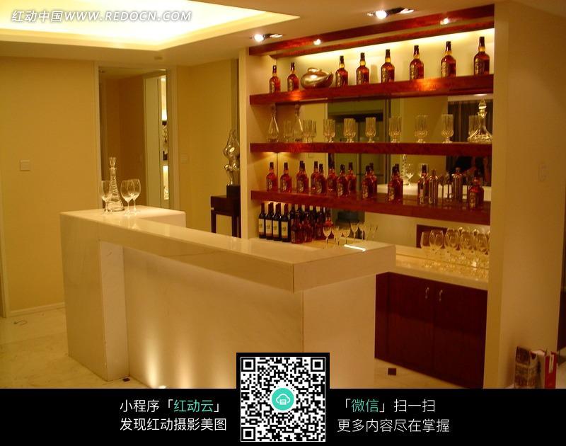 吧台旁酒架上的名酒和玻璃杯_室内设计图片